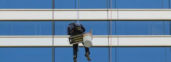 Limpeza de fachadas com segurança e agilidade