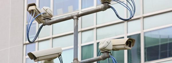 Monitoramento de alarmes e câmeras para segurança em condomínios
